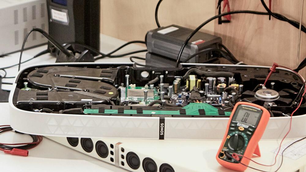 Sonos har laget et ganske komplisert system for å kanalisere luft fra sub-en ut.