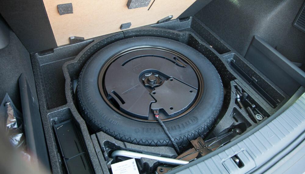 Subwooferen er plassert inni reservehjulet.