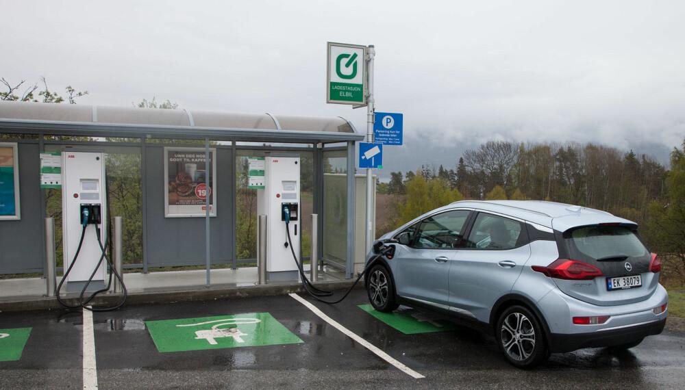 Du trenger ikke stoppe lenge for å lade. På tiden det tar å fylle kaffe på en bensinstasjon, skaffer du deg en kWh eller to.