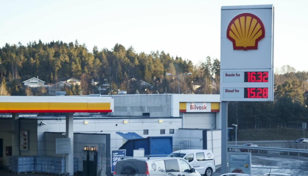 Prisene på drivstoff varierer voldsomt gjennom uka, men variasjonene er likevel betydelig lavere enn for strøm til elbiler.