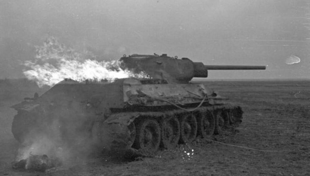 En russisk T-34 står i brann.