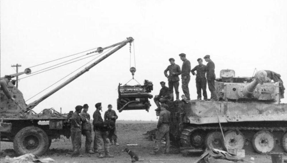 Tyske soldater forsøker å reparere en Tiger I i Russland, 1944.
