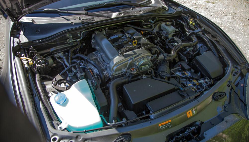 Motoren er plassert så langt bak i motorrommet som overhode mulig for å gi bilen en optimal vektbalanse.