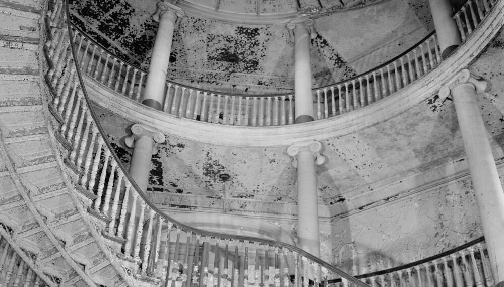 MEKTIG SYN: Hovedinngangen til New York City Lunatic Asylum gikk gjennom The Octagon, en åttekantet bygning som sto ferdig i 1834. Sinnsykehuset åpnet i 1841. De innlagte fikk derimot ikke nyte synet, men kunne håpe på å få litt varme i kroppen gjennom å vaske og skure bygningen. Bildet viser det som var igjen av The Octagon i 1969.