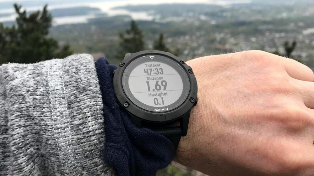GARMIN FENIX 5: Når en har med seg barn på tur kan to kilometer opp på en fjellknaus fort ta en time. Da er det en fordel at batteriet varer en stund.