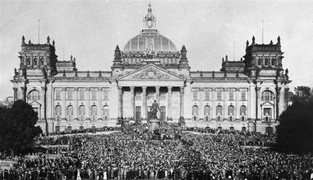 Postkort som viser en av demonstrasjonene foran riksdagen i Tyskland