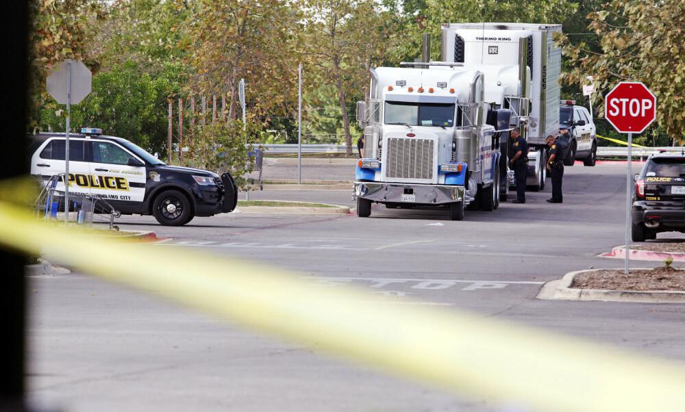 MENNESKESMUGLING: Minst 39 personer forsøkte å ta seg over grensen fra Mexico til USA i denne traileren. Traileren ble funnet på en parkeringsplass i byen San Antonio i Texas lørdag. Åtte av personene om bord var allerede døde på grunn av varmen da politiet ankom åstedet. Én person døde på sykehus. Amerikanske myndigheter kobler det hele til organisert kriminalitet og menneskesmugling.
