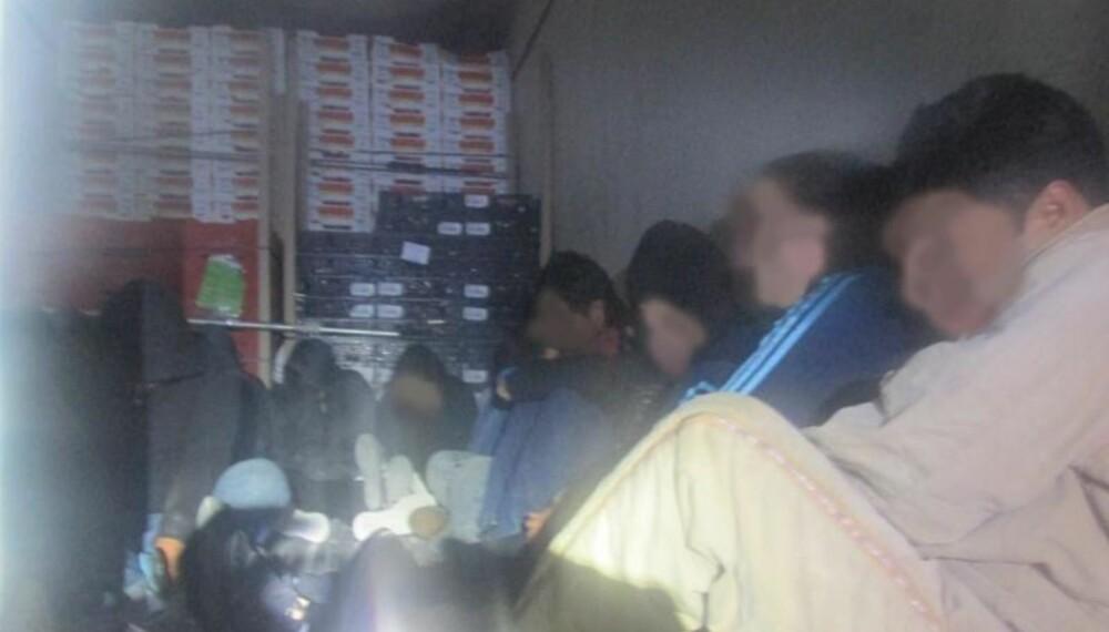 INNELÅST: US Customs and Border Protections egne bilder av immigranter låst inne i kjølerommet på en lastebil. Temperaturen på kjølerommet var rundt 10 varmegrader. Døren til lasterommet var låst.