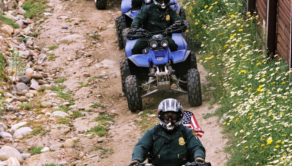 PASSER PÅ: En gruppe fra det amerikanske grensepolitiet patruljerer den amerikanske siden av grensen på ATVer.
