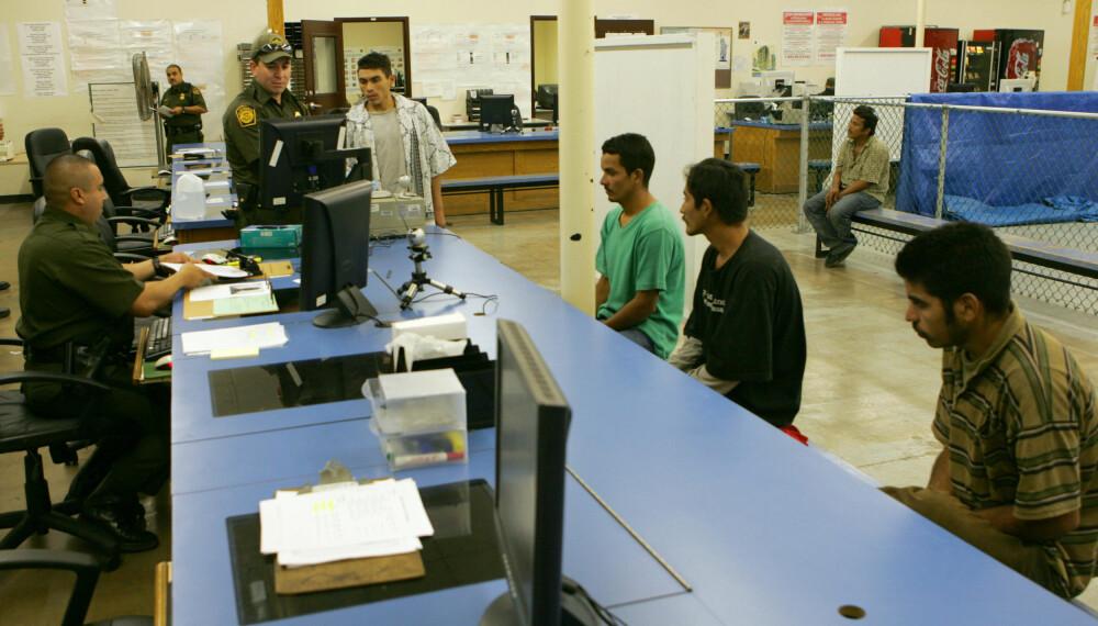 RETURNERES: En gruppe ulovlige immigranter avbildet i varetekt hos US Customs and Border Protection. De aller fleste papirløse blir returnert. Personene i bildet er ikke blant personene som ble funnet i traileren i San Antonio.