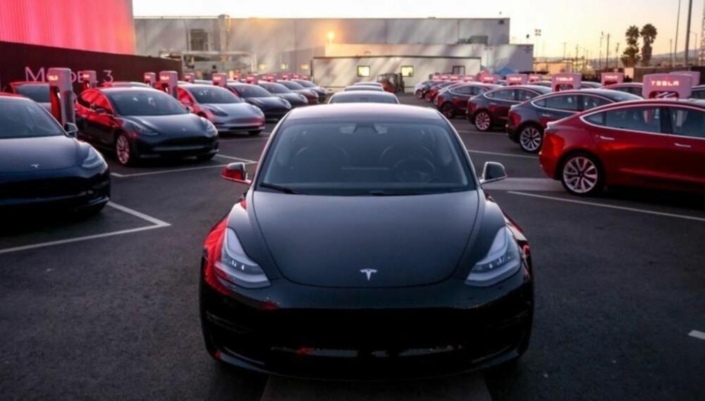 Her står de 30 første Tesla Model 3-modellene linet opp i forbindelse med overtakelsen.