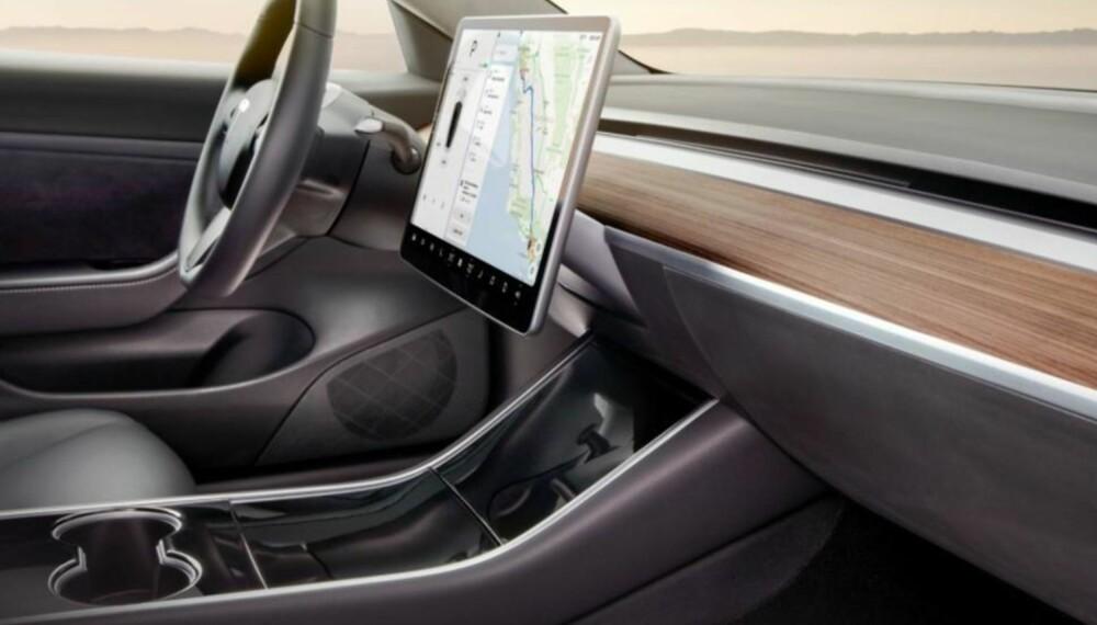 Leter du etter knapper, har du kommet til feil sted. Model 3 er rensket for den slags! Bortsett fra ratt og en diger skjerm midt på dashbordet, er den faktisk rensket for det meste ...