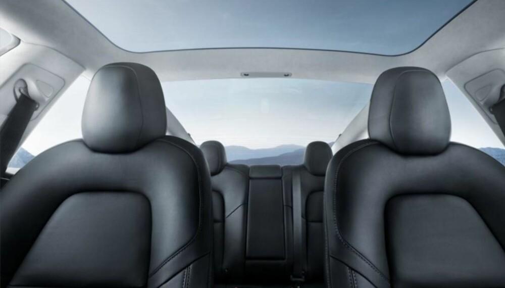 Det er plass til fem, og fire sitter komfortabelt. Merk glasstaket, som i praksis strekker seg hele veien over bilen, med unntak av stolpen mellom for- og baksetene.