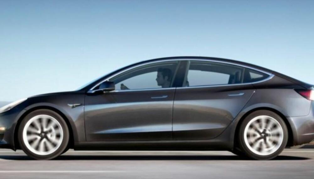 """Det er ingen tvil om at dette er en Tesla. Men den nye og komptakte modellen blir litt mer """"klumpete"""" i profilen enn Model S."""