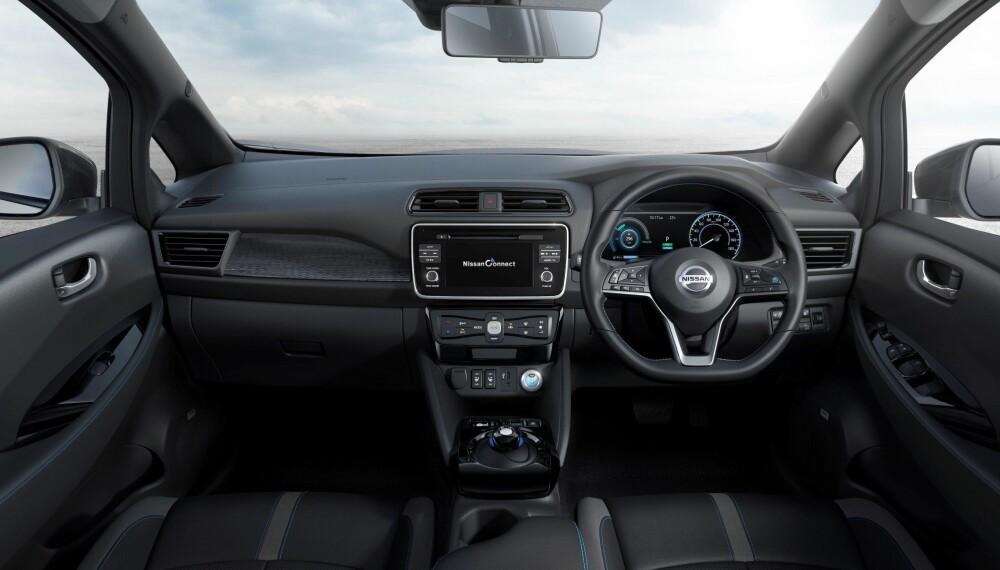 Slik ser cockpiten ut i den japanske versjonen av nye Nissan Leaf. Her til lands vil rattet selvsagt være på motsatt side.