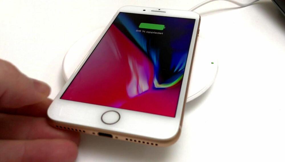 TRÅDLØS LADING: Det er én ting som virkelig skiller seg ut med iPhone 8 og iPhone 8 Plus: Trådløs lading. Når vi først er vant til dette, virker det utrolig tungvint med ledning.