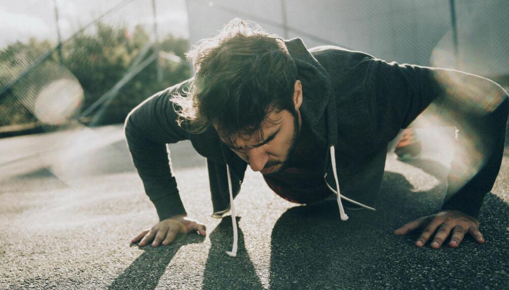 ANBEFALT: Styrketrening er en av de fem treningsformene Harvard Medical School anbefaler. Du kan gjerne trene med kroppsvekt. Nøkkelen er å ta flere repetisjoner når motstanden går den.