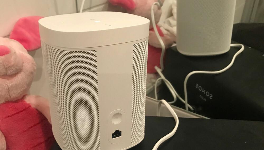 Det er ikke mye plunder og heft med en Sonos-høyttaler. Har du trådløst nettverk, er det én strømkabel som skal kobles i. Alt annet styres fra mobilen. Det eneste du kan gjøre med selve høyttalerene er å justere volum, hoppe frem og tilbake i spillelister - og å skru av.