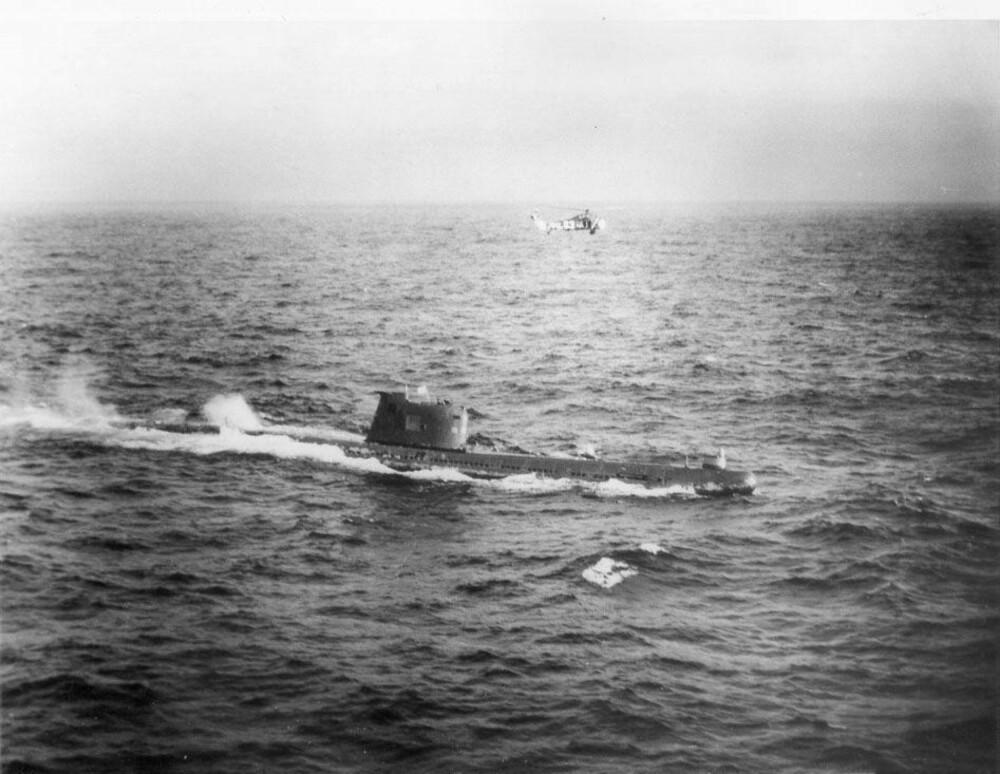 Et amerikansk marinehelikopter tar en nærmere titt på den russiske ubåten B-59 rundt 29. oktober 1962.
