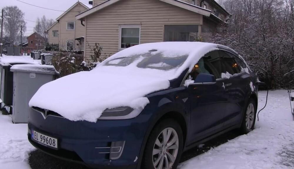 Med full varme på frontruta begynner snøen ganske raskt å smelte. Men den store temperaturforskjellen får ruta til å sprekke.
