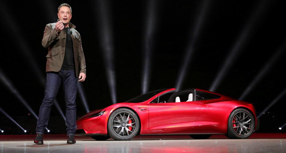 OVERRASKET: Teslasjef Elon Musk lot problemer med produksjonen av billig-elbilen Model 3 ligge natt til fredag, og avduket ny lastebil. Så overrasket han alle med en splitter ny Tesla Roadster med fullstendig ville egenskaper.