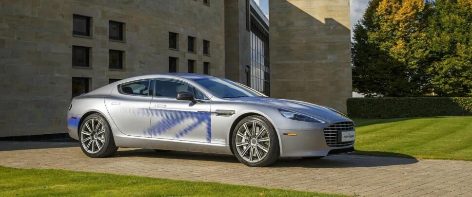 <b>KONSEPTBIL: </b>Slik forestilte Aston Martin seg at elbilen Rapide E kunne se ut i 2017. Konseptbilen henter designelementer fra både Vanquish og Vantage - som det i konseptmodellen kan se ut til at også Teslas Model S også har latt seg inspirere av.