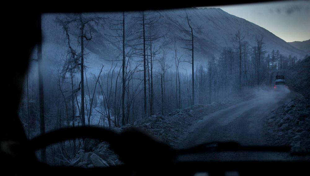 «KNOKKELVEIEN»: Hovedveien M56 som strekker seg lengst øst i Russland er regnet for å være blant verdens verste. Vanlige biler kommer seg ikke frem her på grunn av det voldsomme klimaet som herjer veien. M56 har fått kallenavnet «Knokkelveien» på grunn av de mange tusen menneskene som døde under byggingen.