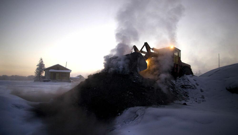 KULL: En hjullaster leverer ny kull til varmeanlegget i Ojmjakon.