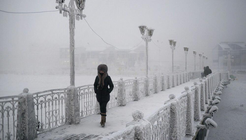 KULDEBRO: En ung kvinne går over en bro i Jakutsk.