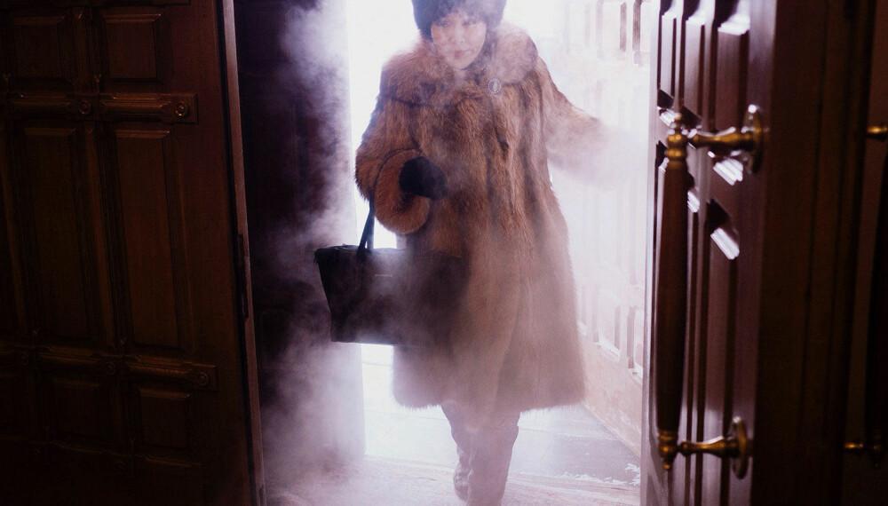 ISKALDT: Frostrøyken står rundt denne lokale kvinnen i det hun går inn i Preobrashenskij-katedralen i Jaktusk.
