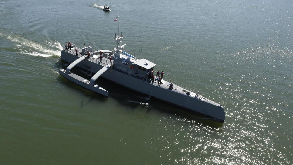 SJØSATT: Spionskipet Sea Hunter ble sjøsatt i 2016, og har siden gjennomgått en rekke tester. I 2018 kan det være klar for oppdrag. Under sjøsettingen var det trangt om plassen om bord, men Sea Hunter skal bokstavelig talt seile sin egen sjø uten mennesker bak roret.