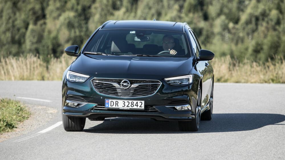 HURTIGERE: Opel Insignia 2,0 Turbo D Sports Tourer kjennes kvikkere og lettere enn BMW-en, og tross færre hestekrefter er den raskere.