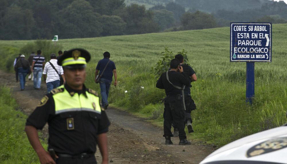 DUMPET: Her sikrer politet et området cirka 30 kilometer fra Mexico City hvor de syv lik ble funnet i et grøntområde. Alle personene var blitt kidnappet ved forskjellige tidspunkt.