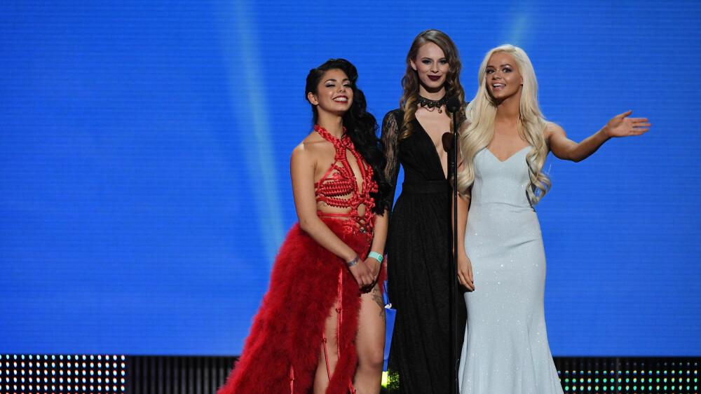 AVN AWARDS, pornobransjens svar på Oscar-utdelingen, holdt ball på The Joint på Hard Rock Hotel & Casino i Las Vegas 27. januar 2018. Her deler Gina Valentina, Jillian Janson og Elsa Jean ut en pris.