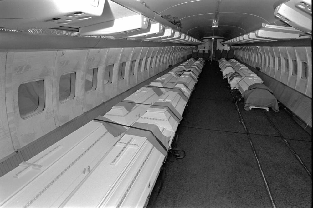 HJEMTUREN: Kistene med de omkomne fra Ålesund ble sendt hjem med eget fly.