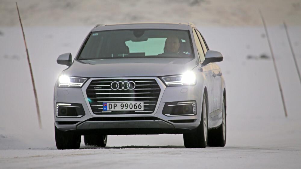BAMSEFAR: Audi Q7 e-tron er stor, tung og deilig. Issvuller eller isregn, det spiller ingen rolle - den durer fram med fantastisk komfort.