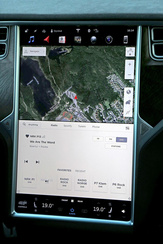 FANCY: Den digre skjermen i Tesla Model X er den rene frelse for gadgetmannen i deg.