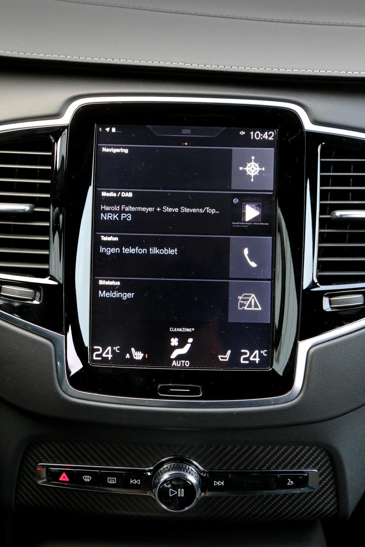 RYDDIG: Skjermen i Volvoen er mindre prangende enn den i Tesla, men minst like fin å bruke.