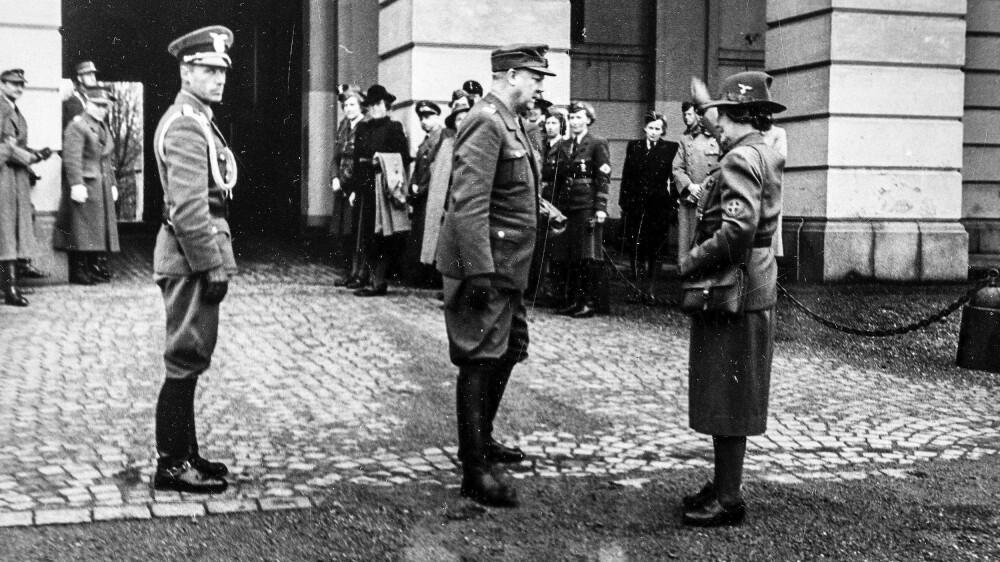 HEIL OG SÆL – Olga Bjoner hilser Vidkun Quisling med utstrakt arm utenfor Slottet.