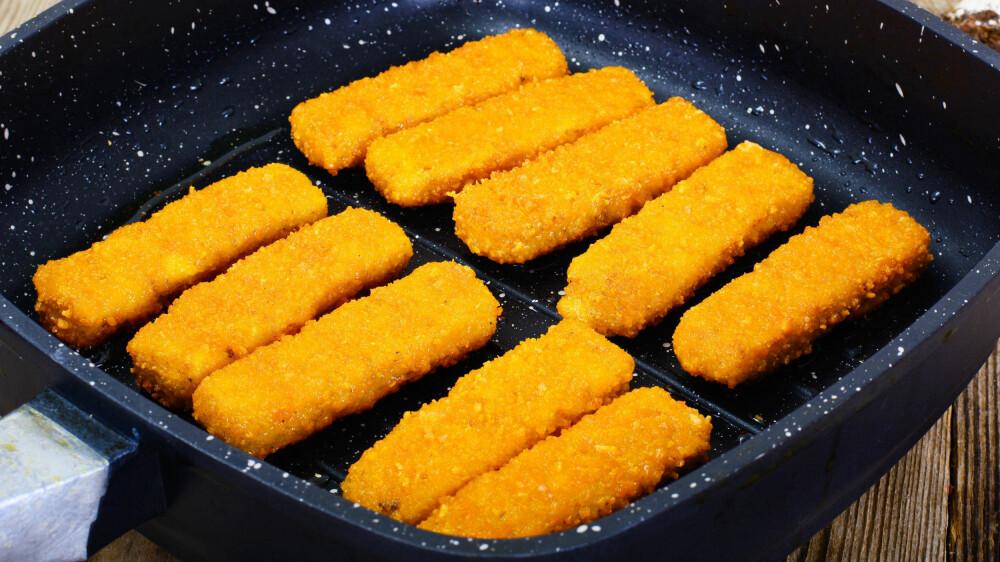 ULTRA-PROSESSERT MAT: Frossen mat som fiskepinner og kjøttboller, ferdigpakket søt bakverk, kjeks, potetgull, godteri, brus, sukrede frokostblandinger er matvarer i kategorien ultra-prosessert mat.