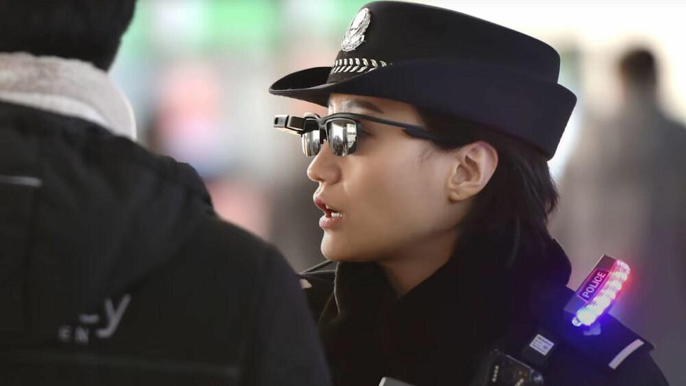 Med ny teknologi kan kinesiske politimenn- og kvinner skanne ansikter og samkjøre dataene med informasjon i en database med 10.000 mistenkte personer.