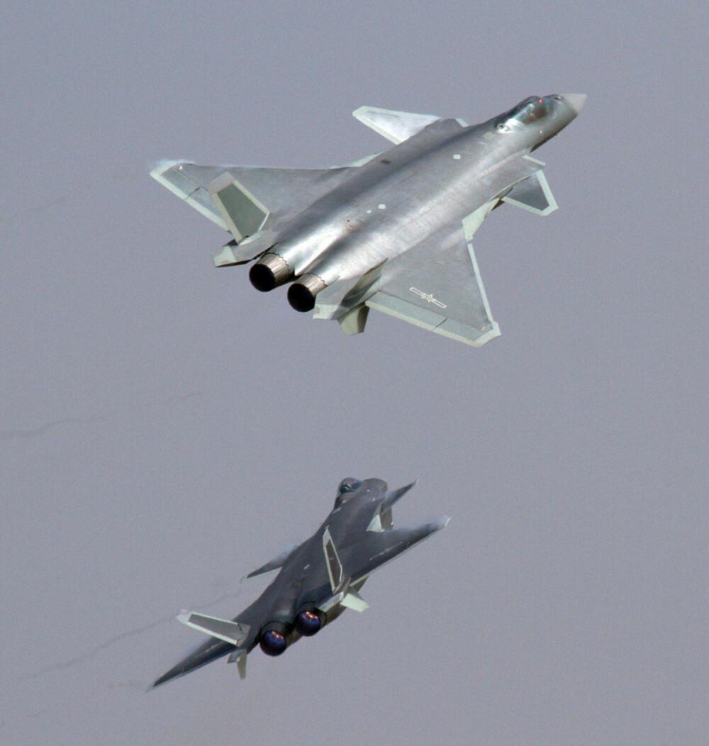 PÅ VINGENE: J-20 fotogradert under en visning i Kina i november 2016. Amerikanske og britiske eksperter tror imidlertid ikke flyet er like ferdig som det ser ut.