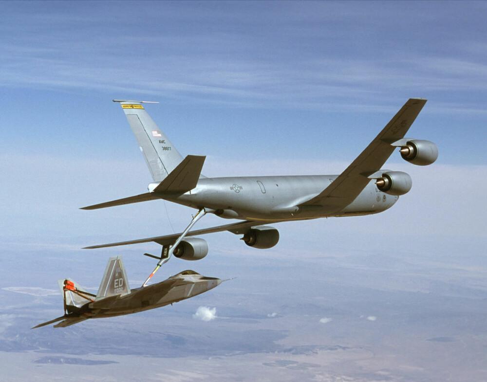 KUTTER NAVLESTRENGEN: Dersom tankflyene tvinges til å gjøre vendereis, går det utover den praktiske rekkevidden til kampfly som F-35. Her ser vi et F-22 Raptor som fyller drivstoff fra en KC-135 Stratotanker.