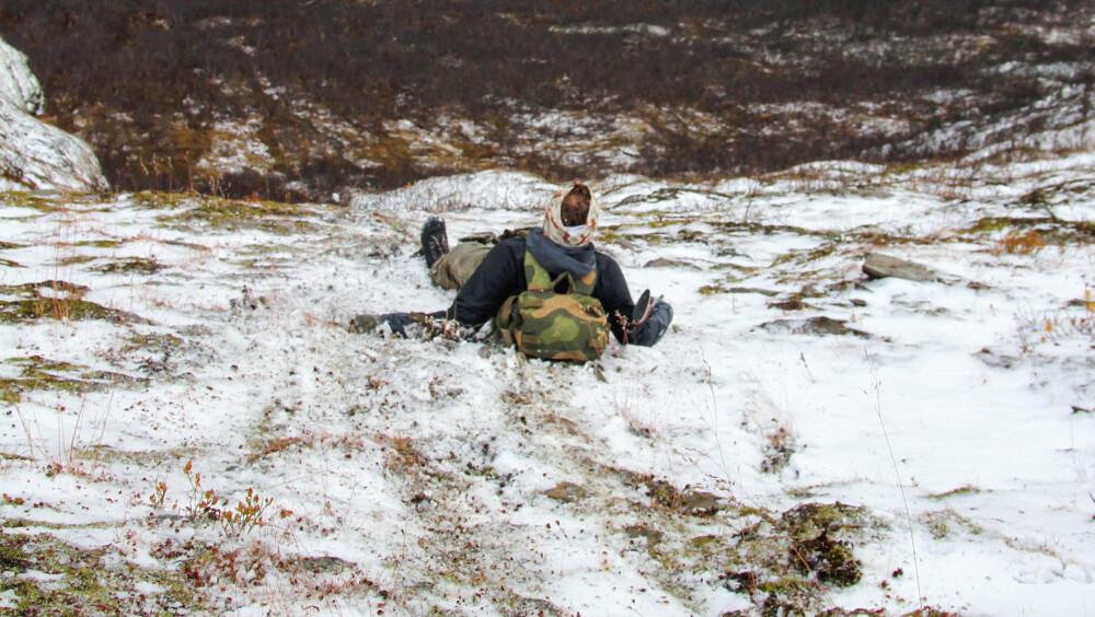 METER FRA DØDEN: Journalisten vinner over onkelen, og noen kjappe bilder tas før en stivnet og vettskremt Einar hjelpes ut av den livsfarlige situasjonen.
