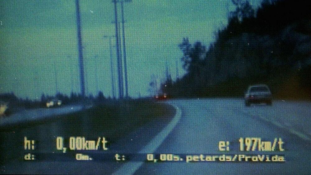 SLIK KAN DET SE UT: Dette er ikke første gang unge mennesker blir stoppet på E6 etter råkjøring. Her ser vi politiet på hjul etter en bil full av ungdommer. Sjåføren hadde akkurat fått førerkort, og mistet det. Her er UP-bilen oppe i 197 km/t, og fartssynderens bil skimtes oppe på bakketoppen.