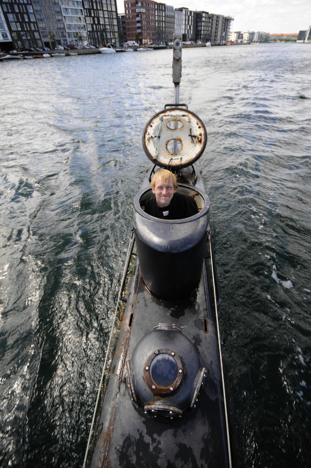 BYGGET TRE UBÅTER: Peter Madsen har konstruert og bygget tre ubåter i København. Det var i den største, «Nautilus», Kim Wall døde og ble partert. Her er Madsen avbildet i 2008 i den langt mindre ubåten «Kraka».