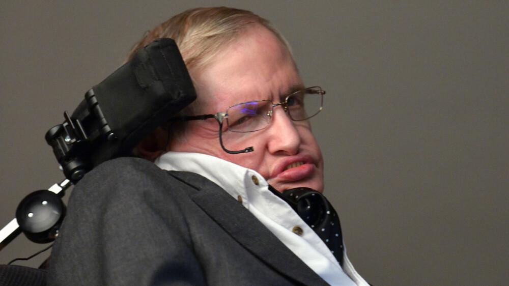 Stephen Hawking var en britisk fysiker og matematiker ved universitetet i Cambridge. Han er særlig kjent for sine arbeider om sorte hull, og for å forbinde den generelle relativitetsteorien med kvantemekanikken (Kilde: Wikipedia).