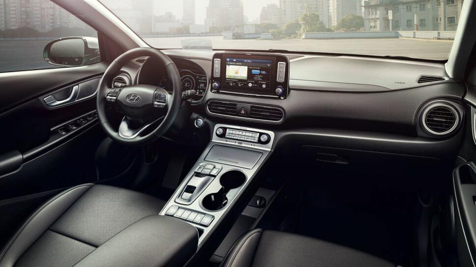 FØRERMILJØ: Hyundai har satset på et tradisjonelt, men moderne interiør. Det er nok av knapper å trykke på i tillegg til den store skjermen til høyre for føreren. Prisen antas å bli hyggelig.