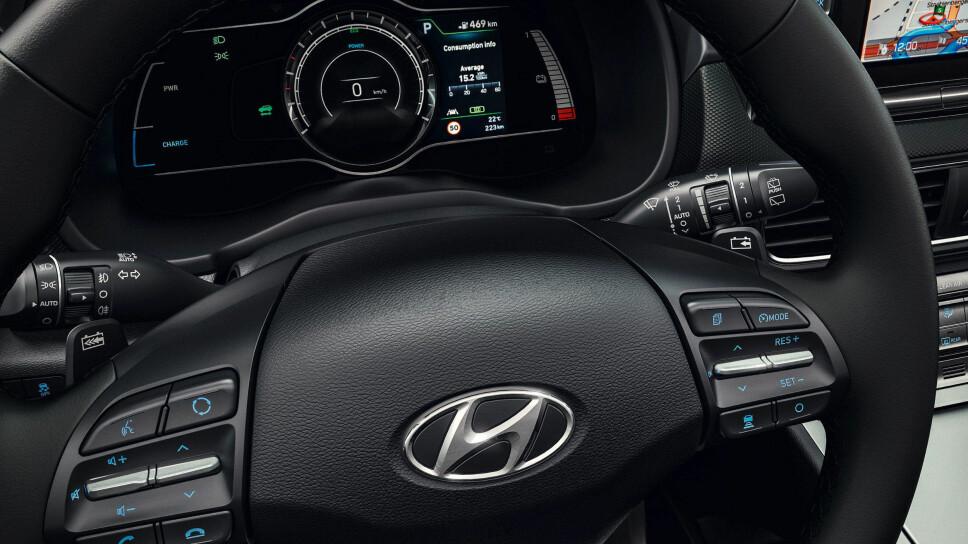 ELEKTRISK: I tillegg til skjermen til høyre vises viktig informasjon for en fører av elektrisk bil på skjermen rett forut.