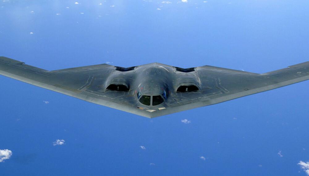 VERDENS DYRESTE FLY: Bombeflyet Northrop Grumman B-2 Spirit ble utviklet under den kalde krigen. Det er bygget etter stealth-prinsippet med en veldig lav radarprofil. Det er istand til å levere både konvensjonelle bomber og taktiske atomvåpen. Det er et av de dyreste flyene i verden, med en prislapp på rundt 2,2 milliarder dollar per fly.